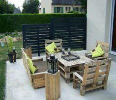 Salon de jardin fabriqué à partir de palettes avec des meubles à hauts dossiers  http://www.homelisty.com/salon-de-jardin-en-palette/