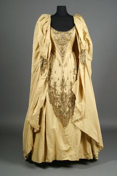 Bob Mackie gown for Barbra Streisand. I would wear this dress (minus the cape) today! Gorgeous!