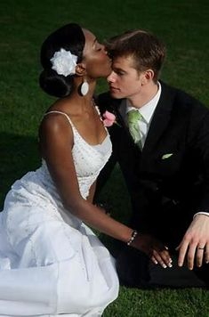 Black Newlywed Bride kiss her White Newlywed Groom on the forehead! Interracial Marriage, Interracial Wedding, Interracial Love, Black Woman White Man, Black And White Love, Mixed Couples, Couples In Love, Beautiful Love, Beautiful Couple