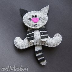 This is so cute Kiciuś - filc,lekki,kot,prezent Fabric Crafts, Sewing Crafts, Sewing Projects, Craft Projects, Felt Projects, Felt Christmas Decorations, Felt Christmas Ornaments, Felt Cat, Creation Couture