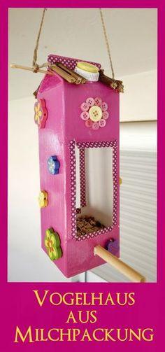 Vogelhaus aus einer alten Milchtüte. DIY Anleitung mit Bildern. Upcycling mit einem Milchkarton. Bastelidee mit und für Kindern. Auch toll als Dekoration im Kinderzimmer oder auf dem Balkon.