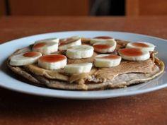 Naleśniki typu paleo, czyli dość tłusto i kalorycznie. Bardzo smaczne i dość łatwe w wykonaniu  Skład: – 2 jaja – 60ml chudego mleka – Słodzik (odpowiednik jednej łyżeczki miodu) – Wanilia (ekstrakt, przyprawa – do woli) – 50g rozmoczonych orzechów laskowych – Łyżeczka mąki pełnoziarnistej – Łyżeczka proszku do pieczenia – Cynamon – Olej, np. kokosowy – 1 banan – Syrop 0 kcal do polania Więcej na http://noeasy.pl/kuchnia/nalesniki-paleo-z-bananem/