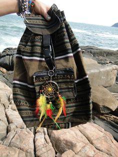 Mochila Marrom com estampa étnica feita em pano, com um chaveiro de filtro dos sonhos nas cores do reggae. Na parte da frente, tem uma bolsa extra com zíper. Tamanho grande. Ideal para quem tem estilo! R$ 67,20