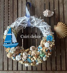 Nyári ajtódísz Seashell Wreath, Seashell Crafts, Sea Crafts, Crafts To Do, Ocean Themes, Beach Themes, Summer Deco, Beach Hacks, Nautical Design
