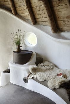 This stunning cob house in Zealand, Denmark is owned by Karen and Flemming Abrahamsson. Flemming, once a builder, went on to train as an architect after becoming tired of working with arch Maison Earthship, Earthship Home, Rocket Mass Heater, Mud House, Oregon Living, True Homes, Natural Building, Green Building, Earth Homes