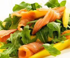 ¿Os apetece una ensalada muy original? Probad ésta de rúcula, salmón y mango, os va a encantar