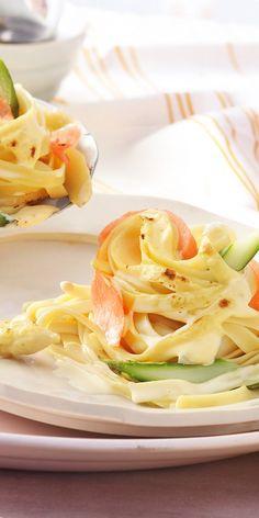 Diese Nudelnester mit #Lachs und #Spargel schmecken auch all denen, die Spargelrezepten bisher noch skeptisch gegenüber standen. Der Kombination aus feinem #Räucherlachs und cremiger Sauce kann niemand widerstehen! #pasta #rezept Pasta Maker, Gnocchi, Love Food, Cabbage, Spaghetti, Lunch, Dinner, Vegetables, Eat