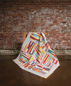 Beautiful striped quilt from the blue chair, maybe for future from scraps Quilting Projects, Quilting Designs, Quilt Modernen, Striped Quilt, String Quilts, Scrappy Quilts, Fabric Art, Quilt Making, Quilt Blocks