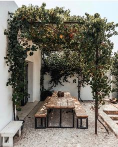 Tuin Pergola Moderne - Sloped Pergola Attached To House - - Outdoor Dining, Outdoor Spaces, Outdoor Decor, Exterior Design, Interior And Exterior, Patio Design, Interior Garden, Pergola Designs, Gazebos