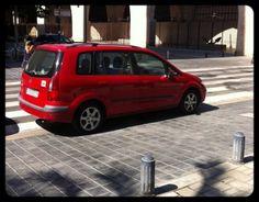 Coche aparcado en paseo de peatones… Se puede? http://www.nosepuedevlc.es/post/11134603136/paseopeatonal #nosepuedevlc