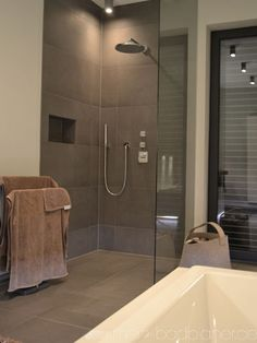 Dusche mit Fliesen in Betonoptik.