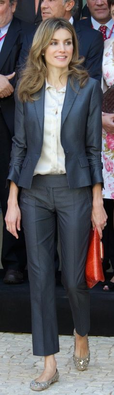 Queen Letizia of Spain Blazer - Princess Letizia suited up in a stylish blue blazer for a meeting with Cervantes Institute directors. Business Fashion, Office Fashion, Work Fashion, Suit Fashion, Royal Fashion, Fashion Outfits, Style Royal, My Style, Look Office