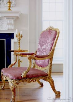 mesmerisingly beautiful and utterly romantic carved and gilded chair.....