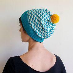 Triangle Knit Hat Wool Slouchy Beanie Winter Hat / Bonnet motifs geometrique  bleu et jaune moutarde