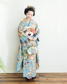 灯屋2 -AKARIYA2-さん(@kimono_akariya)のInstagramアカウント: 「春の結婚式に向けてのご試着はじまっております ・ 大きな葵が印象的な訪問着。ベージュを基調としたシックな色味なので、ご親族からご友人まで幅広くお召しいただけます!・…」 Traditional Kimono, Traditional Fashion, Traditional Dresses, Japanese Outfits, Japanese Fashion, Asian Fashion, Japanese Lady, Kimono Fashion, Fashion Outfits