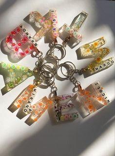 Diy Resin Projects, Diy Resin Art, Diy Resin Crafts, Diy Resin Keychain, Keychains, Paper Crafts Origami, Resin Molds, Resin Jewelry, Creations