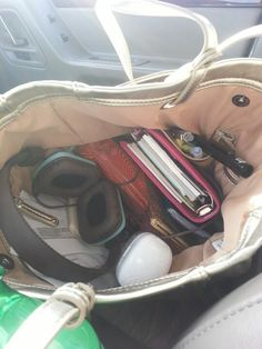 School Bag Essentials, Purse Essentials, Purse Necessities, Japanese School Bag, Uni Bag, Inside My Bag, Aesthetic Backpack, What's In My Purse, Backpack Organization
