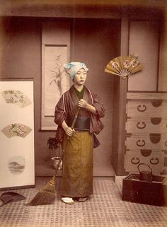 Hand Colored Photographic Images of Meiji Era Japan - Cleaning House. Vintage Pictures, Old Pictures, Old Photos, Vintage Japanese, Japanese Art, Japanese History, Geisha, Culture Art, Japan Landscape