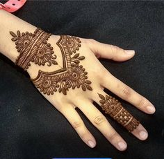 Mehndi henna designs are always searchable by Pakistani women and girls. Women, girls and also kids apply henna on their hands, feet and also on neck to look more gorgeous and traditional. Mehndi Designs For Beginners, Mehndi Designs For Girls, Unique Mehndi Designs, Mehndi Designs For Fingers, Beautiful Mehndi Design, Arabic Mehndi Designs, Simple Mehndi Designs, Henna Tattoo Designs, Mehandi Designs