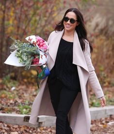 Meghan Markle Spotted Buying Flowers (Take a Hint, Prince Harry! Meghan Markle Prince Harry, Prince Harry And Megan, Lady Diana, Lady Lady, Her Style, Cool Style, Meghan Markle Stil, Princess Meghan, Street Style Looks