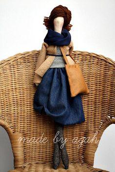 """Tilda es una marca de artesanía reconocida sobre todo por sus muñecas de tela.Creada en 1999 por ladiseñadora noruega Tone Finnanger, se ha convertido en un universo propio de muñecos, telas, elementos decorativos… con una estética fácilmente reconocible en la que destacan los colores pastel y lo quedenominandiseños """"perfectamente imperfectos"""". Y los diseños """"perfectamente imperfectos"""" …"""