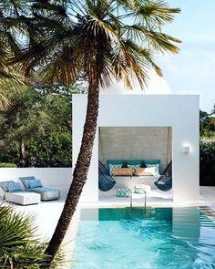 WEBSTA @ arq.paularoque - Bangalô para inspirar ✨ Bangalô construído com alvenaria, parede ao fundo de cimento queimado e detalhes na cor Tiffany para combinar com a piscina