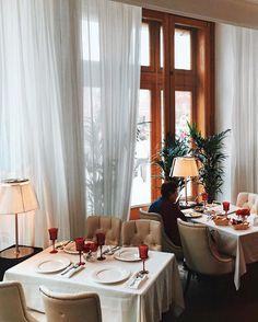 Как же тут красиво и светло. Из огромных окон видно Кремль, а внутри ресторана можно любоваться Малевичем и красными цветами. Не знаю, как выглядели рестораны в советские времена, но мне кажется, что именно так! Наряды официантов на 10 из 10. Стиль в мелочах можно искать по всему ресторану! Атмосферное место для завтрака ❤️ про еду напечатаю позже 📝 #рестоманки