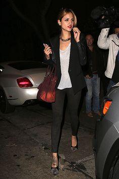 EIZA GONZÁLEZ  La actriz escogió unos pantalones tipo pitillo negros, camiseta gris y saco negro para salir de fiesta con sus amigas por Bev... Outfits Mujer, Fall Outfits, Work Outfits, Grey Shirt, Black Skinnies, Street Style, Actresses, Skinny, Celebrities