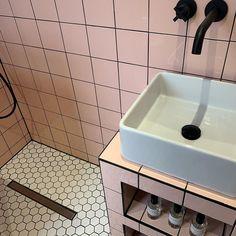 Pink Bathroom Tiles, Barbie Bathroom, Pink Tiles, Bathroom Ideas, Bathroom Goals, Family Bathroom, Bathroom Interior, Bathrooms, White Tiles Black Grout