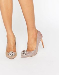 Bridesmaid shoes 👠✨ Ted Baker Peetch Tie The Knot Rose Gold Embellished Court Shoes Ted Baker, Rose Gold Court Shoes, Couleur Or Rose, Metallic Look, Romantic Woman, Gold Outfit, Sparkly Shoes, Bridesmaid Shoes, Asos