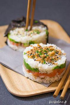 – 400g de riz à sushi – 440g d'eau – 200g de pavé de saumon – 2 avocats – 200 gr de crevettes roses cuites – 1/4 de concombre – 2 feuilles d'algues – Wasabi – 6 cs de vinaigre à sushi – Graines de sésames, oignons frits, ciboulette, coriandre … – Sauce soja (sucrée ou salée):
