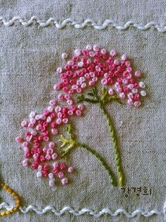 hand embroidery stitches tutorial step by step Hand Embroidery Videos, Embroidery Flowers Pattern, Flower Embroidery Designs, Simple Embroidery, Embroidery Kits, Cross Stitch Embroidery, Indian Embroidery, Embroidery Motifs, Embroidery Supplies