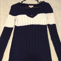 Knit sweater Knit, worn maybe twice. Super cute, with no holes or stains. Sweaters V-Necks