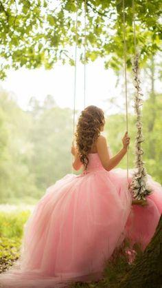 胸下で切り返すプリンセスラインならお腹もしめつけずシルエットもかわいい♡ マタニティ用のピンクカラードレス。ウェディングドレス・花嫁衣装まとめ。