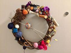 Joulunalus on parasta kranssitekoaikaa, sillä se on kiva tuliainen ja joululahja. Omakin ovi kaipaa aika ajoin piristystä uudella ovikoristeella. M... Diy Craft Projects, Diy And Crafts, Sewing Projects, Love Sewing, Christmas Wreaths, Wall Decor, Rag Wreaths, Knitting, Handmade