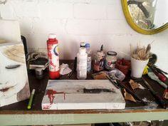 der platz zum malen, sägen, feilen... hier entstehen die holzarbeiten und kleinere bilder. Bunt, Atelier, Small Paintings, Filing, Knives, Timber Wood