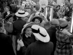 Essayage au magasin du Printemps 1953 |¤ Robert Doisneau | 20 avril 2015 | Atelier Robert Doisneau | Site officiel