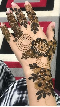 Floral designs are not separated by the Arabic Mehndi Designs. The whole design is linked by the balloon shape string like design which is giving it a simpler yet elegant look. Modern Henna Designs, Khafif Mehndi Design, Latest Henna Designs, Floral Henna Designs, Mehndi Designs Book, Back Hand Mehndi Designs, Mehndi Designs 2018, Mehndi Designs For Girls, Mehndi Designs For Beginners