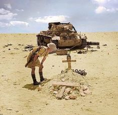 A British soldier looks down upon a grave for a dead German tanker most likely from the knocked out Panzer III in the background. Photo was… British Soldier, British Army, North African Campaign, Panzer Iii, Afrika Korps, War Thunder, Ghost Ship, Military Pictures, War Photography
