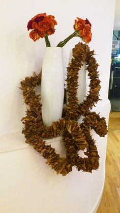 Autumn leaf garland, snaking it's way around clean white vases and slanting rose bunches. @ the for ITV launch Leaf Garland, Interior Decorating, Interior Design, Vase Centerpieces, White Vases, Autumn Leaves, Modern Vases, Wreaths, Lights