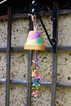 Making garden windchimes for the garden. Kid's windchimes for hanging in the garden Flower Pot Crafts, Clay Pot Crafts, Vbs Crafts, Flower Pots, Shell Crafts, Nature Crafts, Diy Garden Projects, Garden Crafts, Wind Chimes Kids