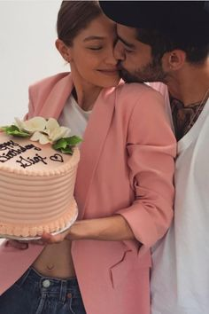 See how It Girl Gigi Hadid celebrated her birthday, lets just say it included Helicopters, water color, wigs and of course, Zayn Malik. Zayn Malik Parents, Zayn Malik Pics, Gigi Hadid Outfits, Gigi Hadid Style, Gigi Hadid And Zayn Malik, 22nd Birthday, Happy Birthday, Birthday Cake, Famous Couples