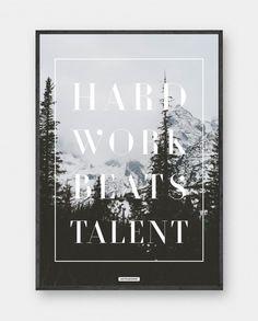 Hard Work: Plakat med motiverende tekst i et sne landskabs motiv. Ideel til kontoret, stuen eller soveværelset.Trykt på 200 gram papir. Se mere online på www.kasperbenjamin.com