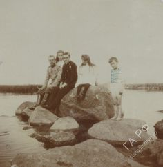 Tsar Nicholas II, Olga Nikolaevna, George Battenberg, Anastasia Nikolaevna & Alexei Nikolaevich in Peterhof, 1909