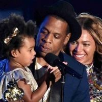Jay-Z and daughter Blue Ivy Carter present the Michael Jackson Video Vanguard Award to honoree Beyonce onstage during the 2014 MTV Video Music Awards at The Forum on Aug. in Inglewood, California. Jay Z Meme, Beyonce Pregnant, Michael Jackson Gif, Blue Ivy Carter, Mtv Video Music Award, Music Awards, Coldplay, Celebs, Humor
