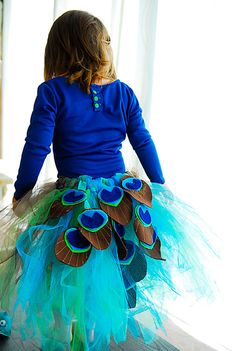 DIY Halloween DIY Costumes :DIY Girls Halloween Costumes : Handmade Dress Up: DIY Peacock Tutu Tutorial One thing I don't understand is why the shirt is backwards. Diy Disfraces, Halloween Disfraces, Tutu Tutorial, Costume Tutorial, Photo Tutorial, Tutorial Fantasia, Peacock Tutu, Peacock Skirt, Peacock Feathers