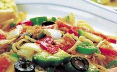 Ensalada de pasta y vegetales con 161 calorías.