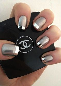 False nails have the advantage of offering a manicure worthy of the most advanced backstage and to hold longer than a simple nail polish. The problem is how to remove them without damaging your nails. Fancy Nail Art, Fancy Nails, Cute Nails, Pretty Nails, Silver Nail Art, Metallic Nails, Chrome Nails Silver, Acrylic Nails, Chrome Nail Polish