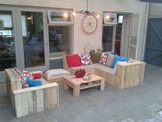 Hoekbank, stoel, tafel en hondenbankje geheel van palethout gemaakt.