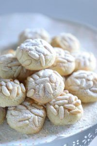 These keto pignoli cookies are everything you could want in a low carb Italian cookie! Low carb, gluten free, dairy free, & ready in less than 30 minutes! Dessert Bars, Dessert Mousse, Dessert Recipes, Dessert Healthy, Dessert Food, Healthy Food, Almond Flour Cookies, Keto Cookies, Cookies Et Biscuits